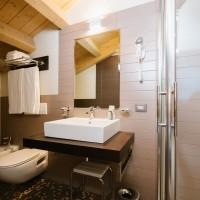 Hotel Lake La Pieve superior double bathroom