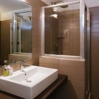 Hotel Lake La Pieve superior double bathroom 2