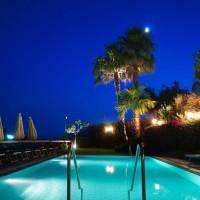 Hotel La Luna nocturnal pool details
